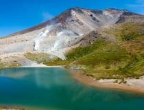 初夏の旭岳と姿見の池